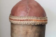 Románská, kožená čapka.
