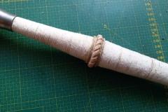 Renovace jílce dlouhého meče. Středový prstenec vytvořený z kůže.